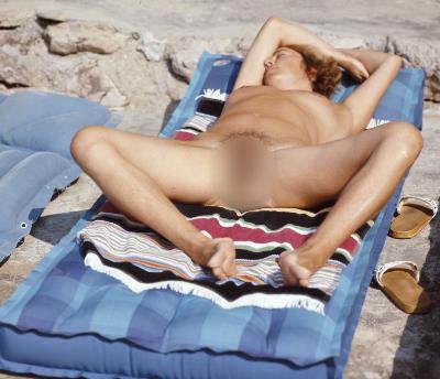 Nackte Frau auf einer Luftmatratze