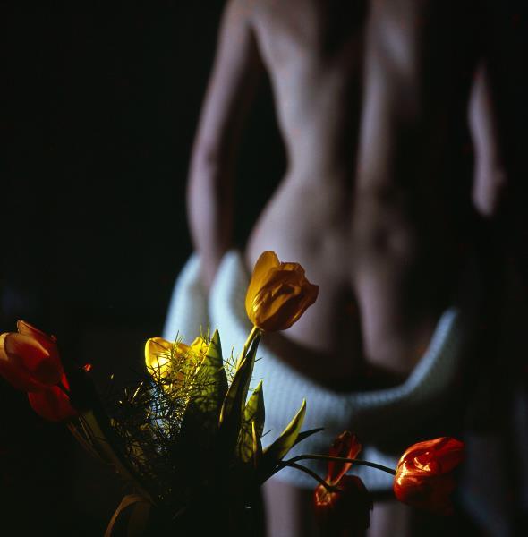 Weiblicher Akt mit Blumenstrauss