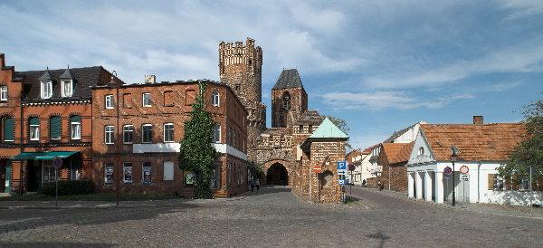 Tangermünde - Panorama. Hochaufgelöstes Panorama. (Original: 7627x3489 Pixel). Neustädter Tor. Mittelalterliches Tor. Der rechteckige Turm wurde um 1300 errichtet. Der Rundturm und der Mittelbau entstanden um 1450. (Panorama aus mehreren Fotos)