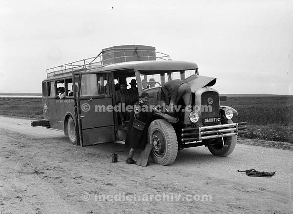 1932. Reisebus in Afrika. Vermutlich in Tunesien