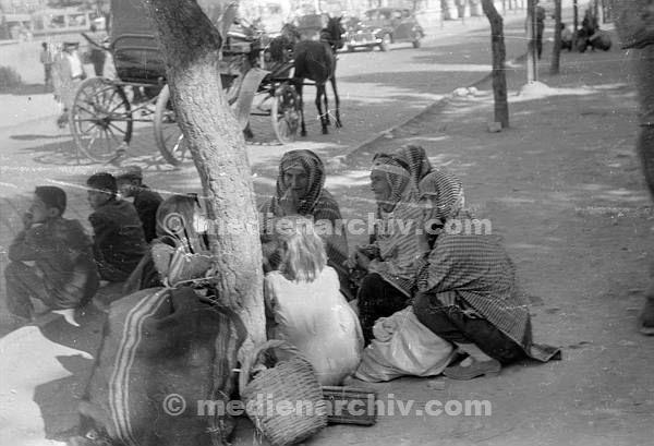 Am Straßenrand. Kauernde Frauen