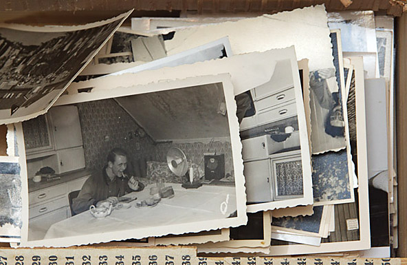 Holzkasten mit alten Fotos. Fotoarchiv. Das Material sieht noch gut aus, riecht aber bereits bedenktlich, was auf Zerstörungsprozese durch Mikroorganismen hindeutet.